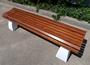 скамейка из дерева лиственницы на бетоне