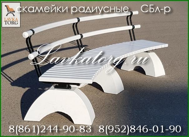 скамейки радиусные из дерева лиственницы на бетоне