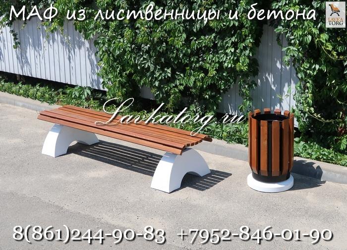 Скамейки без спинки и урны из дерева на бетоне