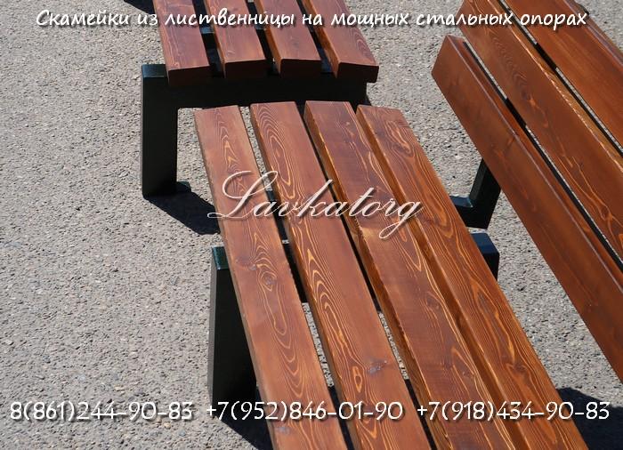 Скамейки из лиственницы на мощных стальных опорах